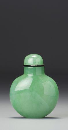 AN APPLE-GREEN JADEITE SNUFF BOTTLE QING DYNASTY, 18TH / 19TH CENTURY