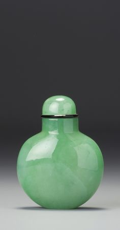 An Apple-Green Jadeite Snuff Bottle - Qing Dynasty, 18th / 19th Century | lot | Sotheby's