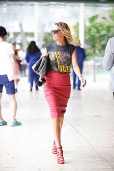Camiseta rocker e saia lápis super feminina, por que não?