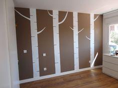 mural troncos de arboles pintado en la pared del cuarto de un bebe