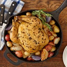 Tarragon Skillet Chicken And Potatoes - This sizzling and tasty skillet chicken dish is sure to become one of your favorites. Seasoned chicken breasts can't be beat. Roast Chicken Rub, Garlic Chicken, Tarragon Chicken, Chicken Potatoes, Great Recipes, Favorite Recipes, Cooking Recipes, Skillet Recipes, Skillet Meals
