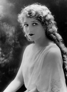 Jen before her hair was cut... (only she would have NEVUH worn make up!!) (Mary Pickford)