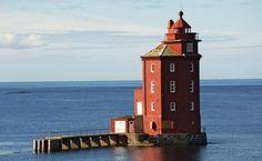 """Kjeungskjær Lighthouse, Norway - """"Kjeungskjær Fyr"""" en una pequeña isla del municipio de Ørland, condado de Sør-Trøndelag (Noruega) permanece encendido desde el 21 de julio hasta el 16 de mayo cada año."""