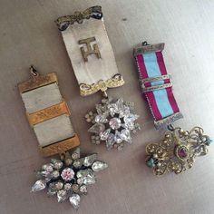 Steampunk Jewelry steampunk brooch vintage by on Etsy Jewelry Crafts, Jewelry Art, Vintage Jewelry, Handmade Jewelry, Jewelry Design, Textile Jewelry, Fabric Jewelry, Diy Collier, Fabric Brooch