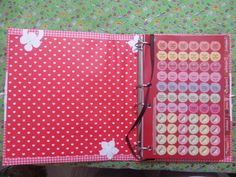 Livro de receitas xadrez vermelho com interior de corações
