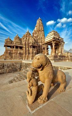 King and lion fight statue & Kandariya Mahadev Temple - Khajuraho - India Indian Temple Architecture, Architecture Antique, India Architecture, Best Places To Travel, Places To See, Khajuraho Temple, Hampi, India Travel Guide, Fu Dog