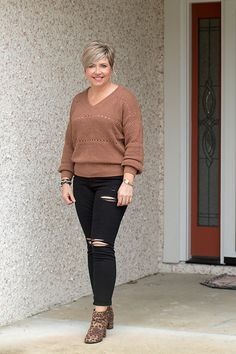leopard boots outfit with ripped black jeans Vest Outfits, Casual Outfits, Fashion Outfits, Older Women Fashion, Curvy Girl Fashion, Cute Fall Outfits, Autumn Outfits, Leopard Boots, Black Ripped Jeans