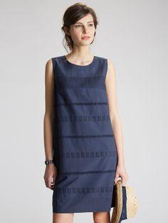 Alternance de broderies anglaises et de jour échelle en bandes horizontales pour cette robe qui nous offre l'équation chic idéale : confort du coton,
