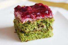 Spanakli Kek tarifi, of ook wel Spinazie Cake recept, wordt veelal aangeprijsd in Turkije als een gezonde soort van cake, doorgaans geserveerd in combinatie met Turkse thee. Leuk detail: de cake smaakt totaal niet naar spinazie!