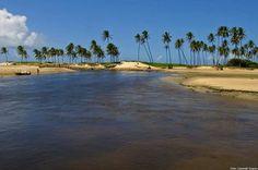 Barra de Maxaranguape Localizada no litoral norte de Natal, na cidade de mesmo nome, Barra de Maxaranguape faz todo ano um dos melhores carnavais de praia do Estado. A movimentação ocorre somente nesta época. No restante do ano a praia é caracterizada pela calmaria e sossego tanto no mar como nas ruas. O maior espetáculo nesse lugar é o encontro do mar com o Rio Maxaranguape. Seus arrecifes proporcionam águas calmas e próprias para banho.