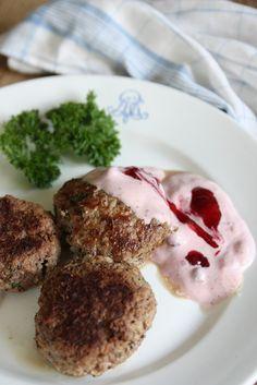 Riktigt goda äppel & persiljefyllda köttfärsbiffar med kall sås av gräddfil och lingon. 400-500 g nötfärs 1 ägg Salt, svart pep...