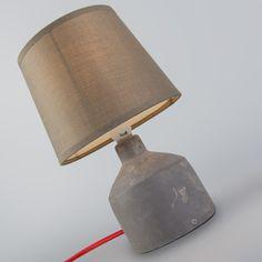 Tischleuchte Cemento taupe - Wie finden Sie diese hier? Tischleuchte Cemento, das kleine Kraftpaket mit Format! Das rustikale Design mit dem kontrastierenden roten Kabel bringt echte Atmosphäre in Ihr Zuhause oder Büro. Mit ihrer außergewöhnlichen Erscheinung hebt sie sich von allem anderen ab. Die Leuchte, die mit Lampenschirm geliefert wird, wird sich besonders an Ihrem Schreib- oder Nachttisch wohlfühlen.  #Lampenundleuchten.at #Innenbeleuchtung #Tischleuchte