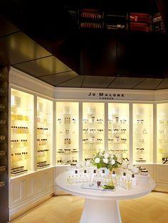 Notre boutique dédiée à la parfumerie de maison et aux parfums exclusifs, située nr 1a Place Stéphanie à Bruxelles. Spa Reception Area, Perfume Display, Cosmetic Shop, Commercial Design, Diy Christmas Gifts, Store Design, Showroom, Architecture Design, Fragrance