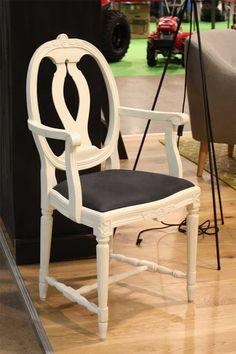 Käsinojallinen Medaljonki-tuoli, antiikkivalkoinen. Gustavian Medallion-armchair by JUVI