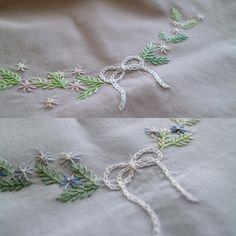 間も無く1DAY・レッスン募集致します٩( 'ω' )و . 生地色は2種類からお選び下さい。 上:アンティークローズ 下:ライトブルー . #刺繍 #刺しゅう #手刺繍 #手刺しゅう #embroidery #handembroidery #handstitch #handstitched
