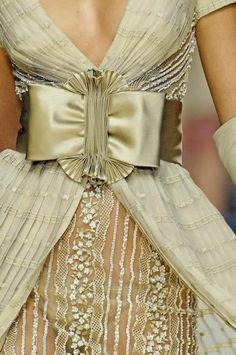 Valentino couture bow -- so elegant! Haute Couture Style, Couture Mode, Couture Details, Fashion Details, Couture Fashion, Love Fashion, High Fashion, Womens Fashion, Fashion Design