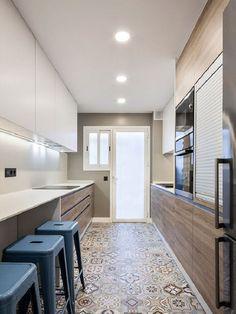 Tipos de cocinas: Cocina en paralelo con piso decorado