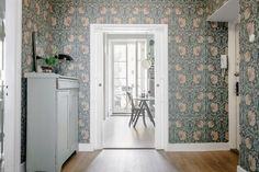 William Morris & co Pimpernel William Morris Tapet, William Morris Wallpaper, Morris Wallpapers, Living Room Scandinavian, Living Room Green, Entrance Hall, Entry Hallway, Elle Decor, Home Decor Inspiration