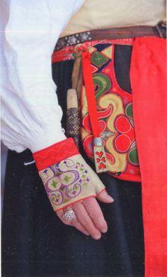 FolkCostume&Embroidery: Kjolsäcken, Loose Pockets of Leksand, Dalarna, Sweden Scandinavian Embroidery, Scandinavian Folk Art, Folk Costume, Costumes, Swedish Women, Strange Flowers, Textiles, Period Outfit, Folk Fashion