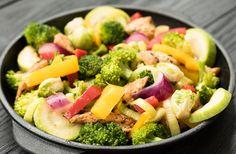 Tigaie de legume cu pui la cuptor Pasta Salad, Cobb Salad, Broccoli, Ethnic Recipes, Food, Crab Pasta Salad, Essen, Meals, Yemek