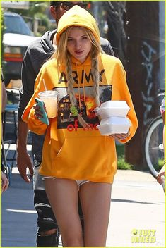 Bella Thorne Grabs Lunch to Go in Los Angeles: Photo Bella Thorne chats with her posse of friends as the all step out on Saturday afternoon (June in Los Angeles. The rocked super short shorts under… Bella Thorne, Disney Channel, Super Short Shorts, Famous In Love, Laura Vandervoort, Chloe Grace Moretz, Gal Gadot, Dark Fashion, Child Models