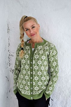 Ravelry: Heimegrend pattern by Kreative Hilde Fair Isle Knitting Patterns, Knitting Machine Patterns, Fair Isle Pattern, Sweater Knitting Patterns, Knitting Stitches, Knit Patterns, Norwegian Knitting, Cardigan Design, Nordic Sweater
