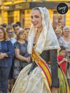 Raquel Alario en la Procesión del Cristo de la Fe en Valencia Spanish Woman, Historical Clothing, Traditional Dresses, Vintage Outfits, Sari, Costumes, Clothes, Beautiful, Women