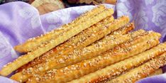 Křupavé tyčinky jsou oblíbenou pochutinou nejen k pivu Healthy Crackers, Bread And Pastries, Hot Dog Buns, Guacamole, Bacon, Cooking Recipes, Vegetables, Breakfast, Food