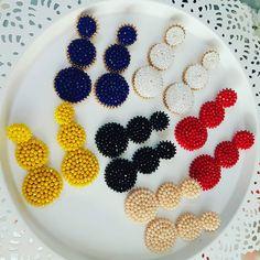 Estoy enamorada de ellos😍  A quien mas le gusta?  Venenos al x mayor y detalle Diy Tassel Earrings, Fabric Earrings, Jewelry Design Earrings, Bead Earrings, Jewellery, Rose Crafts, Resins, Loom Beading, Handmade Accessories