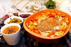 Lergrytad köttfärslimpa med rotsaker, brunsås och lingonsylt Clay Pots, Pot Roast, Crockpot, Chili, Soup, Lunch, Meat, Ethnic Recipes, Corner