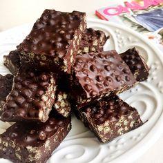 El día esta para quedarse en casa haciendo fica y cocinar algo rico! ❄️ Manos a la obra!!!! Les comparto esta receta que hice para el BOOKA HEALTHY  de @revistaohlala. Es muy fácil de hacer asique no tienen excusas!!! TURRON DE CHOCOLATE Y QUINOA •500 gramos de chocolate sin azúcar (yo uso marca mapsa) •1 cda de aceite de coco neutro (@aceitesnapus) •1 taza de quinoa inflada (pueden reemplazar por copos de maiz sin azúcar, avena, arroz inflado, frutos secos, etc) Derretir el cho...