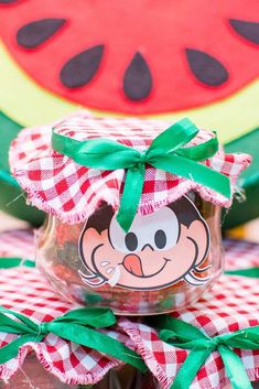 Inspiração de lembrancinha: pote de vidro com doces no estilo compota Yalda Night, Maya, Alice, Picnic, Gift Wrapping, Party, Cute, Football Players, Watermelon Birthday Parties