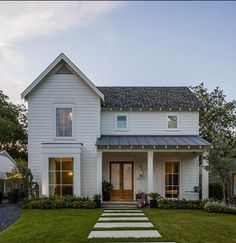 34 Inspiring Small Farmhouse Design Ideas To Style Up Your Home - Trendehouse Modern Farmhouse Exterior, Modern Farmhouse Style, Farmhouse Design, Modern Country, Country Style, Exterior Design, Interior And Exterior, Metal Roof, Outdoor Living