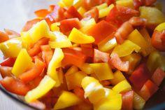 Il pollo con i peperoni è un secondo piatto della tradizione romana preparato con cosce e sovracosce di pollo, peperoni e salsa di pomodoro. Vi sveliamo un piccolo segreto per cucinarlo più gustoso