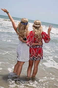 Best friends picture pose, beach pic, twin pic pose idea