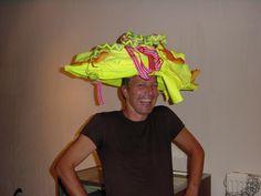 Johan Bak met Robert Heijne en Marije Hendrikx (try out van de hoed)  etalage van Marije in Scheveningen.