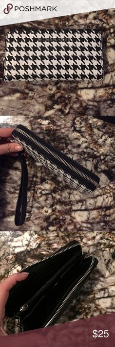 Michael Kors houndstooth wristlet Brand new Michael Kors wristlet. NWOT. Received as a gift and has never been worn. Comes from a smoke free house. MICHAEL Michael Kors Bags Clutches & Wristlets