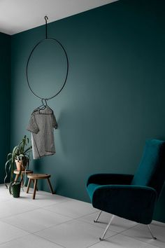 Wall paint Petrol - 56 ideas for more color in the interior- Wandfarbe Petrol – 56 Ideen für mehr Farbe im Interieur Wall color, beautiful living area plant modern armchair.de you will find the matching wall colors.