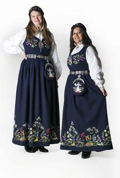 Oslodrakt i den nye mørke varianten. Folk Costume, Costumes, Bridal Dresses, Bridesmaid Dresses, Going Out Of Business, Oslo, Traditional Outfits, Vintage Photos, Ideias Fashion