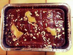 Γλυκό με γιαούρτι, ρυζάλευρο και αμύγδαλα, σιροπιαστό…από την Αλεξάνδρα Σουλαδάκη http://www.donna.gr/17163/gluko-me-giaourti_-ruzaleuro-kai-amugdala_-siropiastoapo-tin-alexandra-souladaki/  Αυτό το γλυκό μοιάζει πολύ με το ραβανί, η διαφορά τους είναι στο ρυζάλευρο και τα αρωματικά που μπαίνουν μέσα, είναι γ�