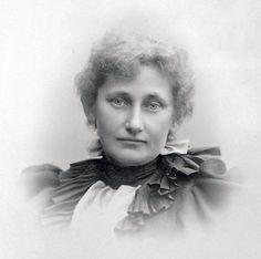 Johanna (Hanna) Sofia Rönnberg (1860–1946) taidemaalari ja kirjailija.Rönnberg kävi tyttökoulun,opiskeli Suomen taideyhdistyksen piirustuskoulussa 1875-1881,Tukholman taideakatemiassa 1881-1885,Pariisissa Académie Julianissa 1887-1889 ja Académie Colarossissa 1890- ja 1920-luvuilla.Rönnberg toimi Hemma och ute -lehden toimittajana 1910-1917.