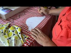 Como corrigir decote e cava que ficou muito grande | Cantinho do Video Costura em Roupas Craft Tutorials, Sewing Tutorials, Sewing Patterns, Sewing Lessons, Sewing Hacks, Patch Quilt, Sewing For Beginners, Sewing Techniques, Clay Crafts