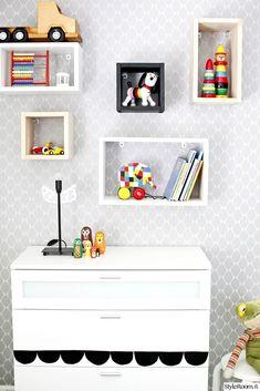 lastenhuone,lastenhuoneen sisustus,lelut,lelut sisustuksessa,lelusäilytys,tapetti,värikäs,seinälaatikko