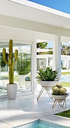 20 Amazing DIY Outdoor Planter Ideas To Make Your Garden Wonderful Our Atticus Planters explore the sleek sophistication of raw organic form. Sinuous channels enhance the creamy white stone material born from sand, salt water and trace minerals. Diy Planters Outdoor, Outdoor Gardens, White Planters, Indoor Outdoor, Outdoor Decor, Contemporary Planters, Palm Springs Style, Balkon Design, Planter Boxes