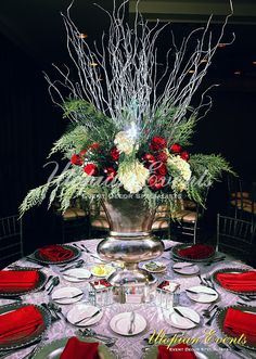 kerst vaas A wintery floral centerpiece in a silver urn perfect for the Christmas holidays. Christmas Urns, Christmas Tabletop, Christmas Planters, Christmas Flowers, Christmas Table Settings, Christmas Holidays, Christmas Flower Arrangements, Christmas Table Centerpieces, Christmas Tablescapes