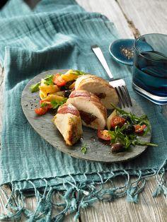 Mediterran gefülltes Hühnchen mit Tomaten, Knoblauch und Bacon