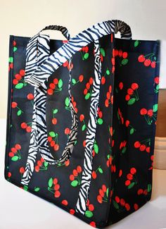 Tutorial: Make a reusable market bag ~ DIY Tutorial Ideas! How to Make a Simple, Reusable Market Bag. Sewing Hacks, Sewing Tutorials, Sewing Crafts, Sewing Tips, Tote Bag Tutorials, Sewing Ideas, Reusable Shopping Bags, Reusable Bags, Sewing Patterns Free