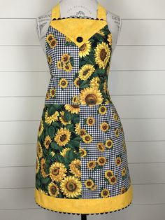 Bright Yellow Sunflowers on Retro Style Apron, Gift for Mom or Grandma, Four Square Design, Handmade Bias Trim - LOVE - Etsy Perfect Gift For Mom, Gifts For Mom, Retro Fashion, Vintage Fashion, Aprons Vintage, Retro Apron, Cute Aprons, Sewing Aprons, Apron Pockets