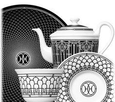 """H Déco Die Frisee der Kunstschmiedearbeiten im Art-Déco-Stil, die die Geschäfte von Hermès im Faubourg 24 und der Rue de Sèvres zieren, waren die Inspiration für H Déco, ein sehr pariserisches """"Tea-Time"""". Das Service ist mit dem doppelten H versehen, darum rankt sich ein feines schwarz-weißes Dekor."""