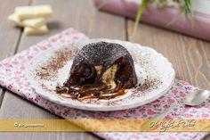 Tortino al cioccolato con cuore morbido bianco, bigusto, ai due cioccolati bianco e nero. Ecco la ricetta facile per preparare un tortino perfetto e goloso.